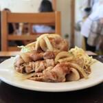 菱田屋 - 料理写真:山盛りの生姜焼き☀️  お肉は厚みもあり、ぷりぷり♪  残ったタレと一緒に食べる、キャベツの千切りも最高♪