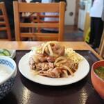 菱田屋 - 漬物も味噌汁もむっちゃ美味しい!  白ご飯がこんなにすすむとは・・・  半ライスですが、他のお店での普通以上でした。  炊き加減も抜群◎