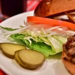 アイコウシャ - 【チーズバーガー LARGE@税込1,430円】自家製ピクルスに、野菜たち。