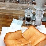151971156 - トーストはジャム、ジャム&バターもあり                       私はバターのみにしました(トーストは全て¥430)                       お塩と胡椒が付いてきます