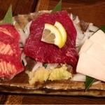 居酒屋 かもん - 馬タンの刺身 ¥499と紅白馬刺 ¥499