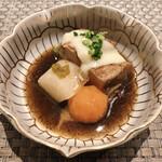 SHIMOMURA - 「黒豚の黒煮」 ●独自の手法で黒豚の肉を柔らかくし、黒いのは自家製のひじきのペーストの煮汁です。 黒豚に旨味があります。肉も大根も卵黄の醤油漬けもこのお料理だけ味が強いですが良いアクセントに。