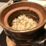 SHIMOMURA - 土鍋の炊き込みご飯 ●具材は枝豆・じゃこ・塩昆布です。目の前で混ぜて頂きます。ご飯自体は薄目のお味ですので、香の物と合います。