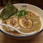麺や天四郎 - ラーメン(750円、斜め上から)