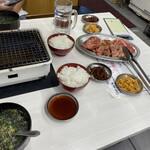 151991091 - ランチ全体 お肉、ご飯、スープ、おかず2品