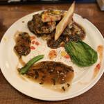 中華バルSAISAI。 - 豚肉と筍、袋茸のクリスピー揚げ       高菜入りオイスターソースがけ。