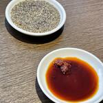 天鴻餃子房 - 餃子の友にお酢&黒胡椒 醤油&辣油のタレを準備 これで完璧だ