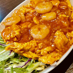 天鴻餃子房 - 玉子焼きが敷いてある乾焼蝦仁 ちょっと甘いのが美味しい