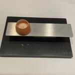 レーヌ デ プレ - 師へのオマージュ~半熟状態の卵黄とクリームにメープルシロップ