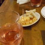パスタバール タスパ - お通しのバケットとチーズ