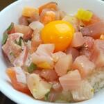 メフレ市場食堂 - 卵黄が丼面を引き締める!