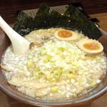 15205210 - 醤油ラーメン(チャーシュー、煮タマゴ)