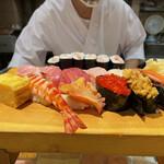 ぎんざまぐろや - 目の前で寿司下駄ににぎりが盛られていきます!