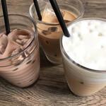 グッディ グッディ - ドリンク写真:セットのドリンク すべてアイスで 左から チョコレートミルク カフェオレ ミルクティー