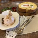 森カフェ - 自家製フルーツロールケーキ、桜のアイスクリーム添え