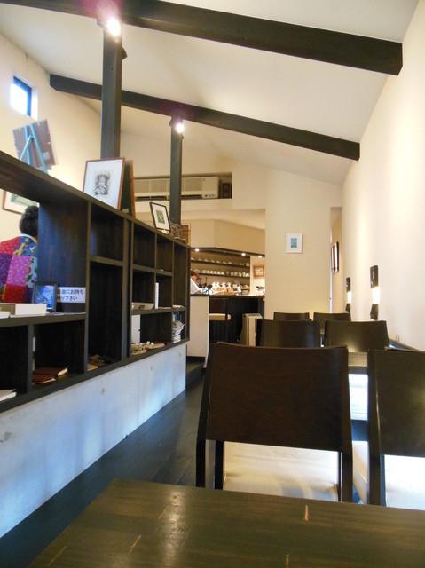 珈舎 - 縦長の店内。2段の高低差があるひな壇。