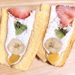 ガトーマリー - フルーツサンドケーキ ミックスフルーツ @450円       2つに切ってみました♪わーい2倍\( ¨̮ )/♡