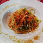 オステリアエンメ - 駿河湾産生桜エビイタリア産カラスミをたっぷりかけたリングイネ本日のお野菜と