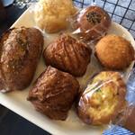 パン屋 クレメル - 料理写真:上から時計回りに、メロンパン、あんぱん、カレーパン、ハムチーズロール、ショコラ、ガーリックパンです( ´∀`)⭐️⭐️⭐️