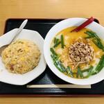 台湾料理 福賓楼 - 料理写真:炒飯+豚骨台湾ラーメン 748円
