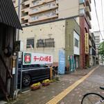 蜂屋 - 店舗への入り口(店舗前駐車場)