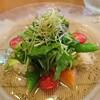 海鮮フランス料理 尾野 - 料理写真:タスマニアサーモンとイタヤ貝のサラダ。とんぶりのぷちぷちが見えますか?