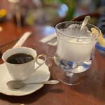 カインドコックの家 カトレア - コーヒーに付いてくる生クリームが煙ボコボコ