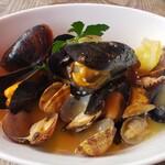 ボッチデビッラ - あさりとムール貝の白ワイン蒸し