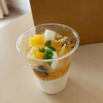 ケーキ&ベイク ハチカフェ - パインと日向夏のブランマンジェ 400円