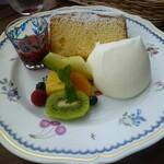 ラ・カンツォーネ - 限定30食のシフォン。生クリームと果物が添えられててソースは桜か苺かキウイが選べました。あち苺^^