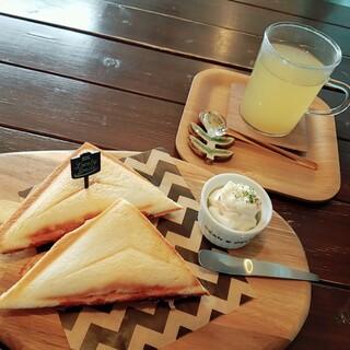 zakka+cafe KICHI. - 料理写真:ハムとチーズのホットサンド&ホワイトコーヒー