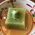 日本酒バル のまえ - 半分おまかせ3850円。うすい豆の葛豆腐。うすい豆の効果はよくわかりませんが、美味しくいただきました(^。^)