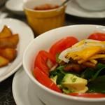 ベーカーバウンス - ほうれん草のサラダとポテトフライ