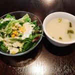 152214770 - 右はサラッと軽やかでやや白濁した魚介のスープ、サラダには甘いコーンとチーズ風味のシーザードレッシングが