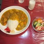 Gyorantei - 横須賀海軍カレーはサラダと牛乳付き
