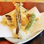 平八 - ワラビの天ぷらの苦みが最高。下に隠れている海老も◎。揚げ方が丁寧で腕があるのがわかる。