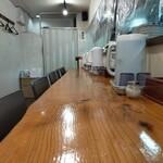 Shinjukumenyafuuka - 広々カウンター席