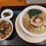 Shinjukumenyafuuka - 天然塩ラーメン、まぶし飯セット! 950円