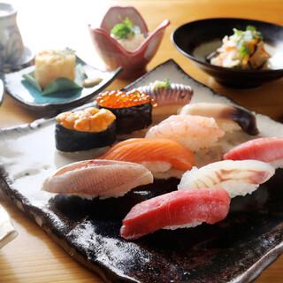 毎日市場から仕入れる新鮮な魚介類を使用した魚料理をどうぞ