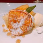アベーテ - クレープで包んだオレンジのスフレ バニラジェラートとローズマリーの香り添え