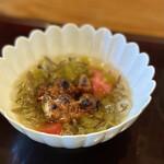 152244927 - 蓴菜(広島県黒瀬産)、フルーツトマト、茎山葵の冷製椀、鰻の襟焼き載せ