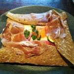 152259488 - ガレット 目玉焼き風タマゴ イベリコチョリソ オニオンのシードルコンフィ チーズ マスタードクリーム