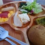 バイ ジ オーシャン - 料理写真:最初ちょっと控え目にして、追加で何を食べるか、考えます。
