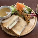 コトイロカフェ - 料理写真:ハムチーズのホットサンド