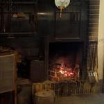 山の茶屋 - 暖炉は通年火が灯る