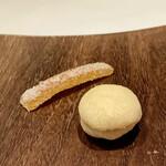 PRIMO - 小菓子 ◎ バーチディダーバ 貴婦人のキスと呼ばれるイタリアのお菓子です。 クッキー生地にアーモンドとチョコレートをサンドしてます。 ◎ 自家製オレンジピール