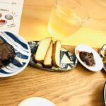 叙序圓 - 小皿…左から、木耳の甘酢漬け、豆腐の味噌漬け、XO醬肉味噌、ザーサイの4点。