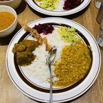 カラピンチャ - スビシッ!と割り刺さったスプーンww豆のカレーはデフォでメインを1種選びます(´^∀^`)