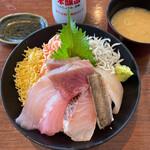 伊豆高原ビール - 彩り海鮮丼 2200円。