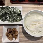 麺屋 宮本 - ライスとサービスの鶏肉炭火焼き 海苔  これで定食や。